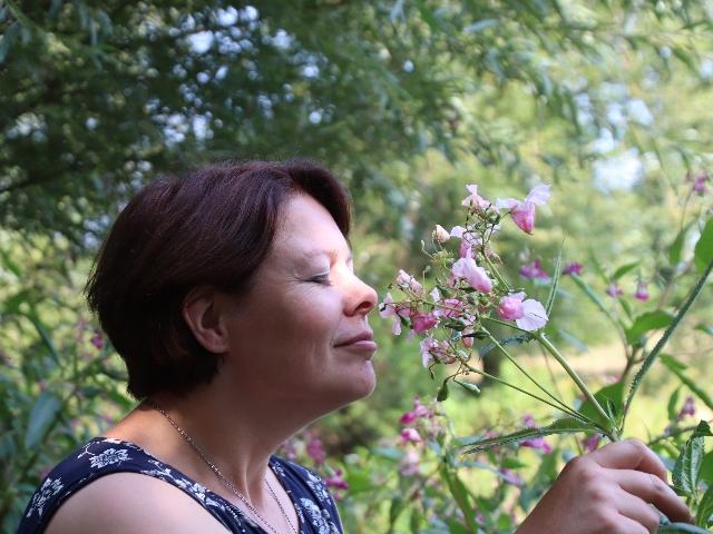 Jolanda ruikt aan bloem